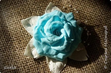 Доброго всем сентябрьского дня. Я к вам с новыми работами. Уже пол года работаю с ревелюром фомом. и могу сказать, из любого фома можно сделать цветы. и они будут не повторимы как и настоящие цветы. Я заказывала фурнитуры и заодно до веса взяла лист А4 фом. Девочка администратор меня уверила что это иранский фом,видимо по толщине 0,5мм,но на этикетки был производитель Китай. он был настолько тонкий,что я не представляла как с ним работать,как я привыкла работать. И вот что получилось. Судите сами. Роза очень воздушная и не весомая,на свету просвечивается.  Результат меня вдохнавил. фото 4