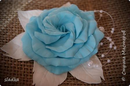 Доброго всем сентябрьского дня. Я к вам с новыми работами. Уже пол года работаю с ревелюром фомом. и могу сказать, из любого фома можно сделать цветы. и они будут не повторимы как и настоящие цветы. Я заказывала фурнитуры и заодно до веса взяла лист А4 фом. Девочка администратор меня уверила что это иранский фом,видимо по толщине 0,5мм,но на этикетки был производитель Китай. он был настолько тонкий,что я не представляла как с ним работать,как я привыкла работать. И вот что получилось. Судите сами. Роза очень воздушная и не весомая,на свету просвечивается.  Результат меня вдохнавил. фото 5