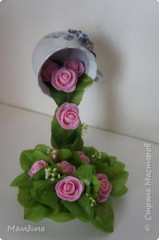 """Доброго времени суток! Долго смотрела на такие чашечки, все не решалась взяться. Но не удержалась и все таки я ее сделала. Зелень искусственная, цветы из фоамирана. К сожалению, голубых цветов не было,  чтобы подходили к цветочкам на чашке, и """"я ее слепила, из того что было"""".  фото 3"""