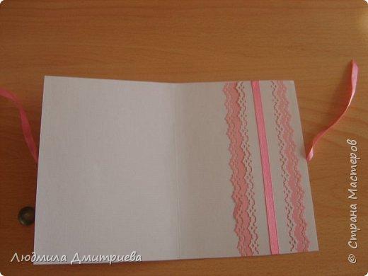 К 11 годовщине свадьбы своих детей сотворила открытку-денежный конверт. Некоторые детали пришлось купить (нет такой чудо-машинки), цветочки тоже покупные. Они собраны из двух разных цветов (лепестки ромашки и розочки мелкие). фото 2