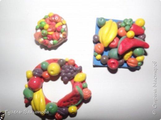 """Магниты сделаны из фруктов-муляжей, а маленькие магнитики  лепили  с дочкой лет 5 назад, из застывающей массы """"оранжевый слон"""" и подарили бабушкам и тетям фото 3"""