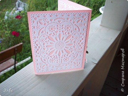 """Этим летом сделала несколько свадебных открыток. Началось с того, что сестру пригласили на свадьбу к знакомой, а она на работе показала мою открытку коллегам.  Так я впервые получила заказ. Но все хотели """"такую же"""". Я, конечно, кое-что меняла, но всё же они очень похожи. фото 18"""