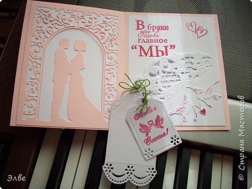 """Этим летом сделала несколько свадебных открыток. Началось с того, что сестру пригласили на свадьбу к знакомой, а она на работе показала мою открытку коллегам.  Так я впервые получила заказ. Но все хотели """"такую же"""". Я, конечно, кое-что меняла, но всё же они очень похожи. фото 3"""