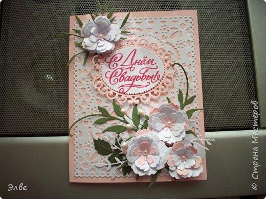 """Этим летом сделала несколько свадебных открыток. Началось с того, что сестру пригласили на свадьбу к знакомой, а она на работе показала мою открытку коллегам.  Так я впервые получила заказ. Но все хотели """"такую же"""". Я, конечно, кое-что меняла, но всё же они очень похожи. фото 4"""