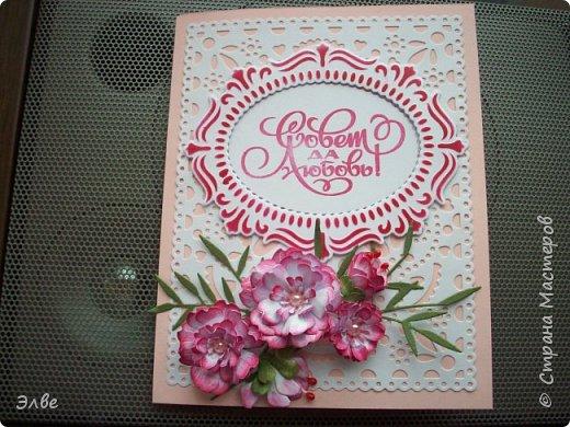 """Этим летом сделала несколько свадебных открыток. Началось с того, что сестру пригласили на свадьбу к знакомой, а она на работе показала мою открытку коллегам.  Так я впервые получила заказ. Но все хотели """"такую же"""". Я, конечно, кое-что меняла, но всё же они очень похожи. фото 6"""