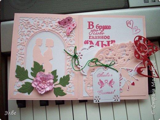 """Этим летом сделала несколько свадебных открыток. Началось с того, что сестру пригласили на свадьбу к знакомой, а она на работе показала мою открытку коллегам.  Так я впервые получила заказ. Но все хотели """"такую же"""". Я, конечно, кое-что меняла, но всё же они очень похожи. фото 7"""