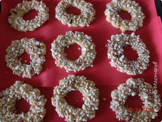 Такие кольца продавались в моем советском детстве в школьных буфетах и кулинарии. Это было самое любимое пирожное. Ритуал был для многих одинаков и заключался  в том,что сначала всегда съедались орешки  ,ну а затем все пирожное))) Они и сейчас продаются, но уже не такие вкусные.  фото 14