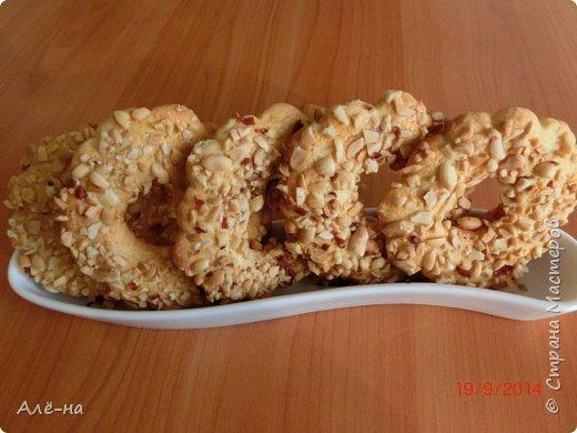 Такие кольца продавались в моем советском детстве в школьных буфетах и кулинарии. Это было самое любимое пирожное. Ритуал был для многих одинаков и заключался  в том,что сначала всегда съедались орешки  ,ну а затем все пирожное))) Они и сейчас продаются, но уже не такие вкусные.  фото 15