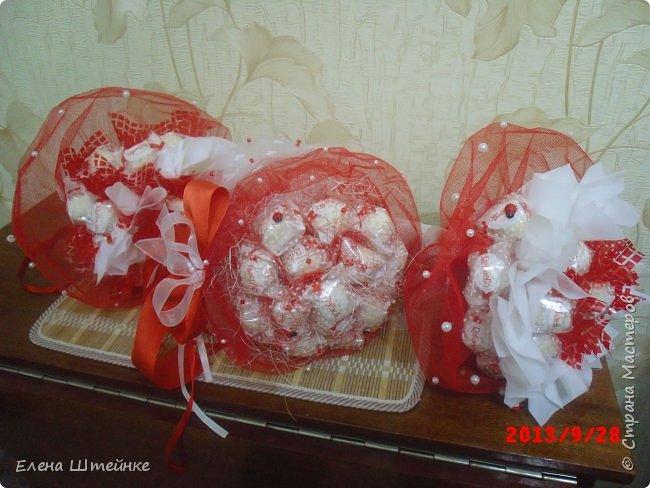 Мои первые букеты из конфет. Делала их правда еще год назад, но почему то забыла выложить..  фото 2