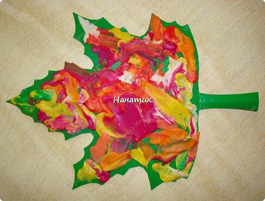 """Этот листик Алиночка делала в школе развития. Преподаватель раздала деткам заранее вырезанные картонные листки. Дала им пластилин """"осенних"""" цветов. Дальше каждый ребенок фантазировал как мог (надо было размазать пальчиками пластилин по листку). У каждого получился свой особенный кленовый листочек.  фото 1"""