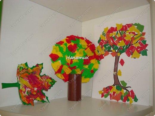 """Этот листик Алиночка делала в школе развития. Преподаватель раздала деткам заранее вырезанные картонные листки. Дала им пластилин """"осенних"""" цветов. Дальше каждый ребенок фантазировал как мог (надо было размазать пальчиками пластилин по листку). У каждого получился свой особенный кленовый листочек.  фото 2"""
