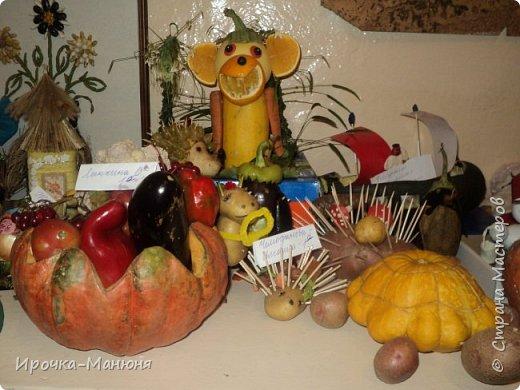 """Школьная выставка поделок из овощей и фруктов. В этом году мне удалось запечатлеть на какие """"подвиги"""" способны наши родители со своими детками! Тут можно было собрать целую флотилию, большую стаю пингвинов, компанию ёжиков, паровозное депо и деревню домов и двориков. Приглашаю посмотреть, а может даже взять что-либо на заметку. фото 13"""