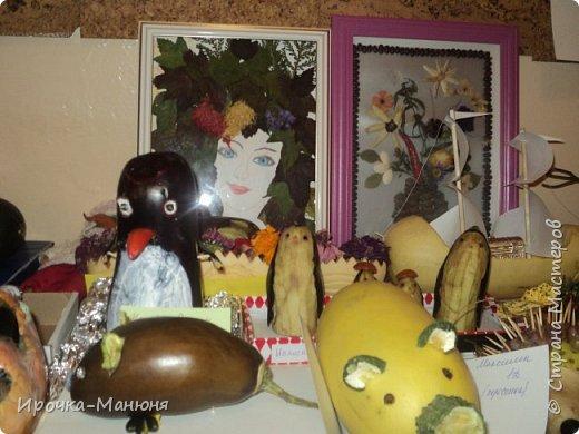 """Школьная выставка поделок из овощей и фруктов. В этом году мне удалось запечатлеть на какие """"подвиги"""" способны наши родители со своими детками! Тут можно было собрать целую флотилию, большую стаю пингвинов, компанию ёжиков, паровозное депо и деревню домов и двориков. Приглашаю посмотреть, а может даже взять что-либо на заметку. фото 16"""
