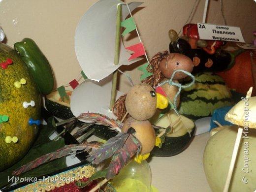 """Школьная выставка поделок из овощей и фруктов. В этом году мне удалось запечатлеть на какие """"подвиги"""" способны наши родители со своими детками! Тут можно было собрать целую флотилию, большую стаю пингвинов, компанию ёжиков, паровозное депо и деревню домов и двориков. Приглашаю посмотреть, а может даже взять что-либо на заметку. фото 23"""