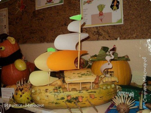 """Школьная выставка поделок из овощей и фруктов. В этом году мне удалось запечатлеть на какие """"подвиги"""" способны наши родители со своими детками! Тут можно было собрать целую флотилию, большую стаю пингвинов, компанию ёжиков, паровозное депо и деревню домов и двориков. Приглашаю посмотреть, а может даже взять что-либо на заметку. фото 32"""