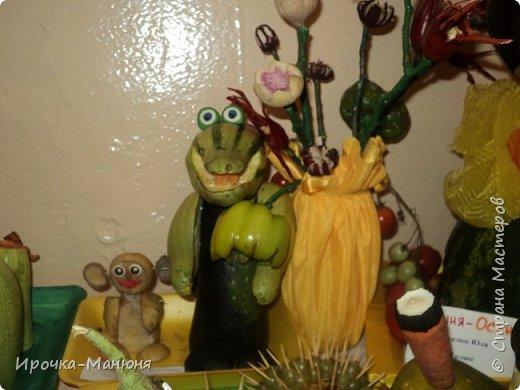 """Школьная выставка поделок из овощей и фруктов. В этом году мне удалось запечатлеть на какие """"подвиги"""" способны наши родители со своими детками! Тут можно было собрать целую флотилию, большую стаю пингвинов, компанию ёжиков, паровозное депо и деревню домов и двориков. Приглашаю посмотреть, а может даже взять что-либо на заметку. фото 33"""
