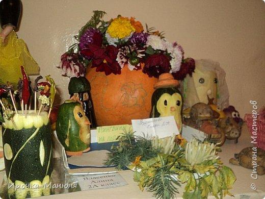 """Школьная выставка поделок из овощей и фруктов. В этом году мне удалось запечатлеть на какие """"подвиги"""" способны наши родители со своими детками! Тут можно было собрать целую флотилию, большую стаю пингвинов, компанию ёжиков, паровозное депо и деревню домов и двориков. Приглашаю посмотреть, а может даже взять что-либо на заметку. фото 35"""