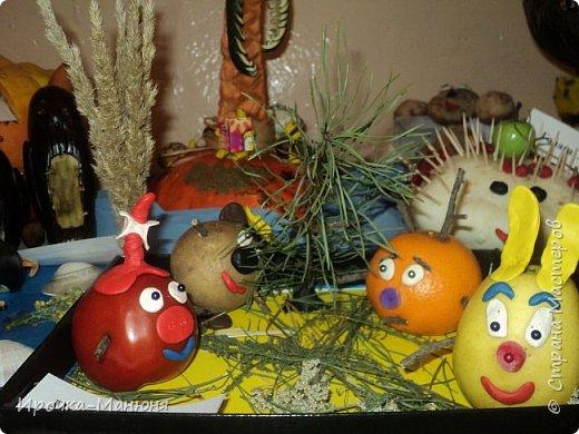 """Школьная выставка поделок из овощей и фруктов. В этом году мне удалось запечатлеть на какие """"подвиги"""" способны наши родители со своими детками! Тут можно было собрать целую флотилию, большую стаю пингвинов, компанию ёжиков, паровозное депо и деревню домов и двориков. Приглашаю посмотреть, а может даже взять что-либо на заметку. фото 76"""