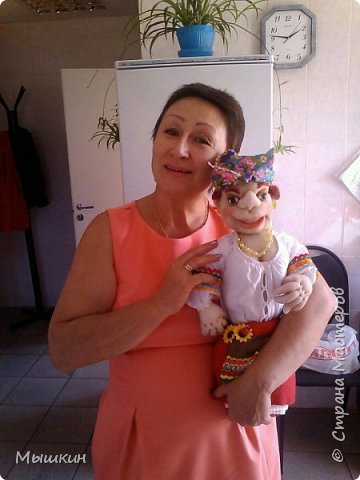 На юбилей замечательной женщине сшила мини бар ,, Хохлушку,, Вот собственно и именинница с подарком.
