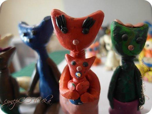 Всем привет!!! Решила выложить коллекцию моих пластилиновых кошечек:3  Здесь у меня киски разного возраста, так что есть и запыленные, и поврежденные... Некоторых я даже слепила несколько лет назад (!), а одну даже сегодня ( черная котя в диадеме между рыжей девушкой-кошкой и котика с синей мисочкой). И так, преступим:) фото 19