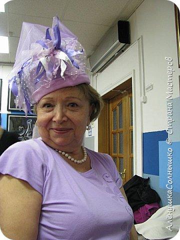 Подбежала Галя Авдеева на репетиции ко мне, дай, говорит, шляпу примерить? Под сиреневую мою футболку подходит :-) Хотя знала, что шляпа - для Лены Косенко сделана была! фото 1