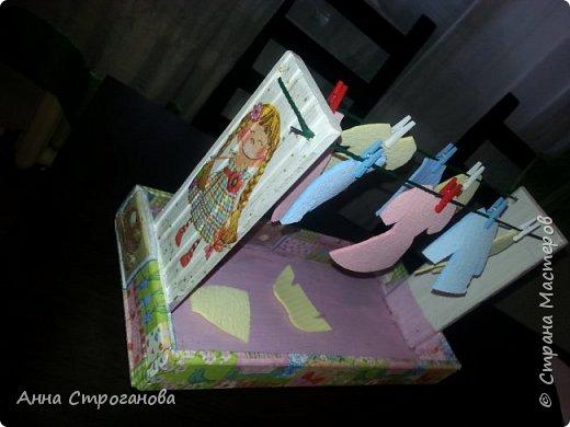 Тактильные счетные карточки. Очень много о сенсорном развитии написано в трудах Марии Монтессори, которая учила детей различать материалы на ощупь и запоминать прилагательные, которые описывают тактильные ощущения — гладкий, шершавый, шероховатый, скользкий, ребристый и т.п. Такие тактильные карточки легко можно сделать в домашних условиях их подручного материала, не затрачивая денежных средств. ОПИСАНИЕ. «Трогательная игра» (от слова трогать) представляет собой набор из 10 карточек с различными поверхностями и цифрами от 1 до 10. КАКАЯ ПОЛЬЗА. Тактильные карточки развивают сенсорное восприятие ребенка, тактильную память, мелкую моторику пальчиков, и как следствие благотворно воздействуют на умственный потенциал малыша, способствуют обучению счета от 1 до 10. МАТЕРИАЛЫ. - картон для основы; - клей «Момент»; - ножницы; - цифры из бархатной бумаги - материалы с различными поверхностями (наждачная бумага, войлок, атласная ленточка, кусочки кожи, дерево, пластмасса, пуговицы, колючая часть липучки и др.) При изготовлении второго комплекта карточек вариации игр могут быть различными, например: • берем несколько пар карточек, переворачиваем рубашкой вверх, потом по очереди каждый игрок открывает по две карточки, если они совпадают, то игрок забирает карточки себе, а если - нет, то кладет на место; • берем по одной карточке, проводите по руке (ноге), ребенку надо угадать, что за карточка, но прежде, конечно, надо проговорить название каждого материала и потрогать все тщательно; • найти одинаковые карточки; • интересно просто потрогать. фото 9