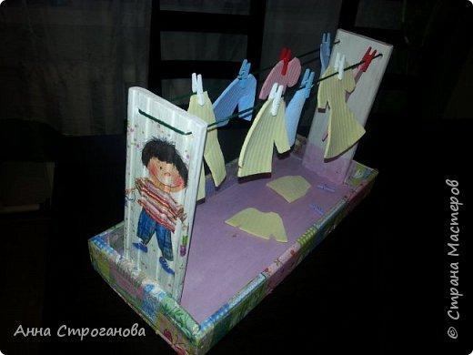 Тактильные счетные карточки. Очень много о сенсорном развитии написано в трудах Марии Монтессори, которая учила детей различать материалы на ощупь и запоминать прилагательные, которые описывают тактильные ощущения — гладкий, шершавый, шероховатый, скользкий, ребристый и т.п. Такие тактильные карточки легко можно сделать в домашних условиях их подручного материала, не затрачивая денежных средств. ОПИСАНИЕ. «Трогательная игра» (от слова трогать) представляет собой набор из 10 карточек с различными поверхностями и цифрами от 1 до 10. КАКАЯ ПОЛЬЗА. Тактильные карточки развивают сенсорное восприятие ребенка, тактильную память, мелкую моторику пальчиков, и как следствие благотворно воздействуют на умственный потенциал малыша, способствуют обучению счета от 1 до 10. МАТЕРИАЛЫ. - картон для основы; - клей «Момент»; - ножницы; - цифры из бархатной бумаги - материалы с различными поверхностями (наждачная бумага, войлок, атласная ленточка, кусочки кожи, дерево, пластмасса, пуговицы, колючая часть липучки и др.) При изготовлении второго комплекта карточек вариации игр могут быть различными, например: • берем несколько пар карточек, переворачиваем рубашкой вверх, потом по очереди каждый игрок открывает по две карточки, если они совпадают, то игрок забирает карточки себе, а если - нет, то кладет на место; • берем по одной карточке, проводите по руке (ноге), ребенку надо угадать, что за карточка, но прежде, конечно, надо проговорить название каждого материала и потрогать все тщательно; • найти одинаковые карточки; • интересно просто потрогать. фото 10