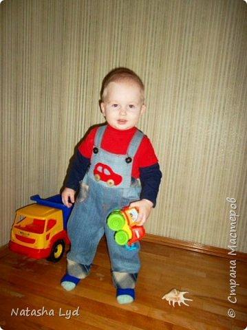 Вопрос - Что можно сделать имея старые джинсы, рубашку, маленького мальчика и немного фантазии? Ответ - комбинезон для маленького мальчика. фото 19