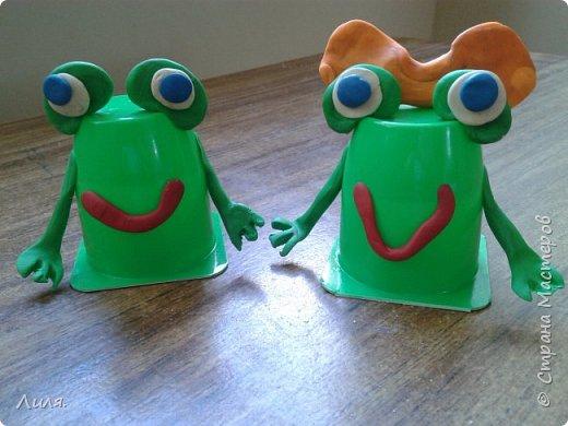 Как-то мы лепили пингвинов, используя стаканчики из-под йогурта. Теперь вот пришел черед зеленые стаканчики использовать. Получились лягушки, тем более, что у нас на даче вечером такооооой хор лягушачий! Не перекричать! Слушаем и получаем удовольствие!