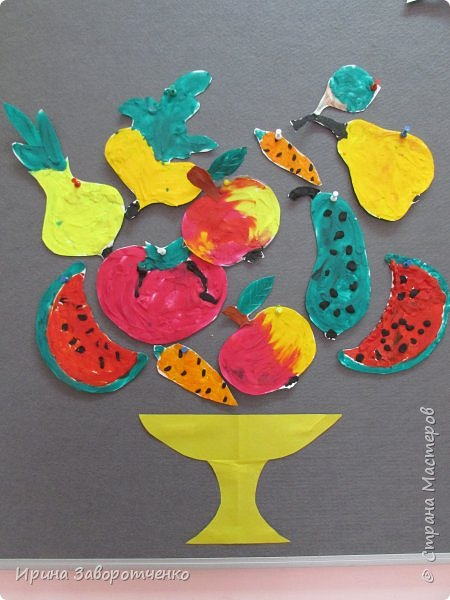 Занятие в детском саду. Подготовительная группа. Пластилиновая аппликация.  На бумаге для акварели (она плотнее) нарисовала овощи и фрукты. А дети делали  всё остальное-размазывали пластилин и сами вырезали. фото 1