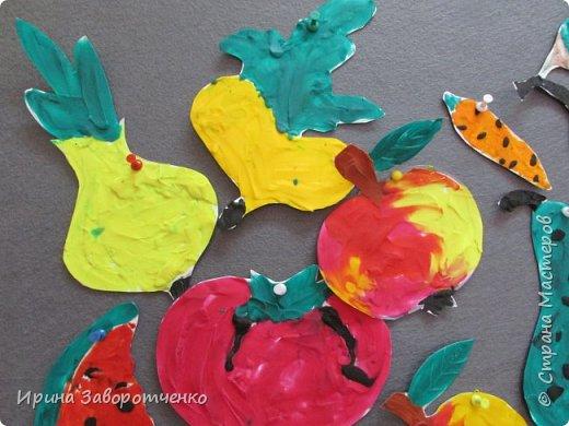 Занятие в детском саду. Подготовительная группа. Пластилиновая аппликация.  На бумаге для акварели (она плотнее) нарисовала овощи и фрукты. А дети делали  всё остальное-размазывали пластилин и сами вырезали. фото 2