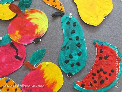 Занятие в детском саду. Подготовительная группа. Пластилиновая аппликация.  На бумаге для акварели (она плотнее) нарисовала овощи и фрукты. А дети делали  всё остальное-размазывали пластилин и сами вырезали. фото 3