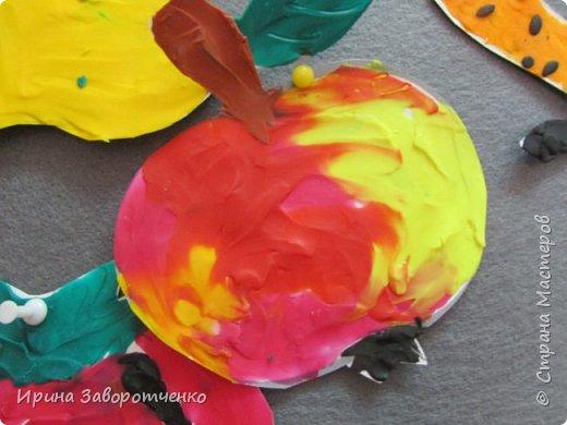 Занятие в детском саду. Подготовительная группа. Пластилиновая аппликация.  На бумаге для акварели (она плотнее) нарисовала овощи и фрукты. А дети делали  всё остальное-размазывали пластилин и сами вырезали. фото 4