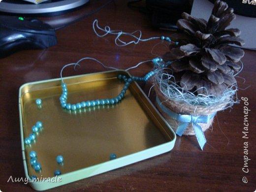 Потихоньку начинаю готовиться к новогодним заказам, выставкам. Давно замечено, что мелочевка расходится на ура. И я, как никогда кстати, нашла у merinka-Mary отличные мини-ёлочки из шишек (http://stranamasterov.ru/node/681811). С позволения автора предлагаю вашему вниманию свой небольшой мастер-класс. фото 23