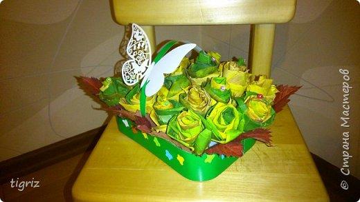 Осень. Вот и начало бабьего лета, и в преддверие Дня Учителя - выставка. И вот такие розы из кленовых листьев.  фото 5