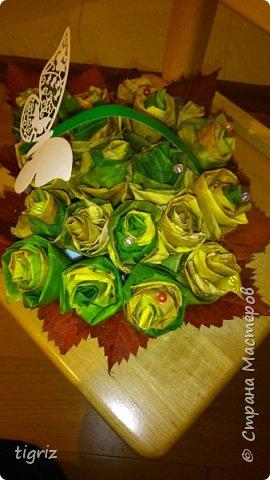 Осень. Вот и начало бабьего лета, и в преддверие Дня Учителя - выставка. И вот такие розы из кленовых листьев.  фото 1