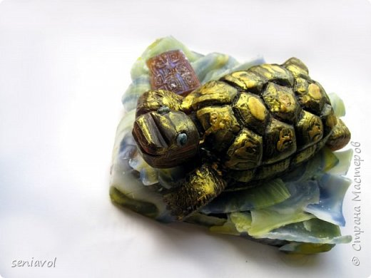Поступил заказ, для одной Итальянской синьоры увлекающейся разного рода черепашками, куклами и тарелками. Сама особа почтенного возраста и довольно творческий человек судя по описаниям моего клиента.  Поэтому было решено создать мыльный подарок в виде черепахи. фото 5