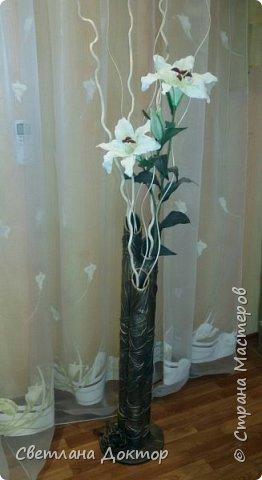 Декор напольной вазы из кортонных труб из под кленки. Основание из фанерита, круг диаметром 25 см, клеила  трубки между собой на селиконовые свечи для пистолета. Потом  работа кожей,импровизировала. фото 1