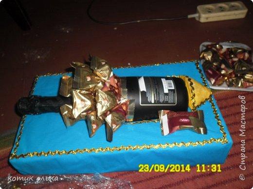 Всем привет! Хочу поделиться идеей, как быстро соорудить оригинальный подарок на день рождения! Нужно было срочно что-то придумать, но не люблю банальность, вот и придумала Золотую рыбку из шампанского и конфет! фото 6