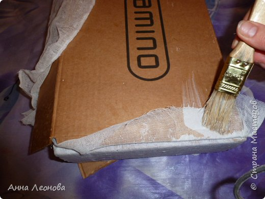 Вот такая шкатулка у нас  получиться в конце работы.Размер примерно формата А4. Затраты минимальные.Приступим.Для работы нам понадобится:  картонная коробка марля клей ПВА лак любой (у меня акриловый аквалак) краска акриловая белая шпатлевка по дереву  губка для посуды шпатель резиновый ножницы тряпочка  фен пробка из под напитков магнитная застежка саморез фото 3