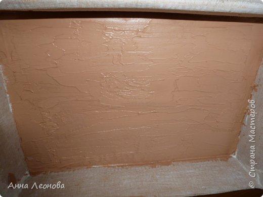 Вот такая шкатулка у нас  получиться в конце работы.Размер примерно формата А4. Затраты минимальные.Приступим.Для работы нам понадобится:  картонная коробка марля клей ПВА лак любой (у меня акриловый аквалак) краска акриловая белая шпатлевка по дереву  губка для посуды шпатель резиновый ножницы тряпочка  фен пробка из под напитков магнитная застежка саморез фото 5