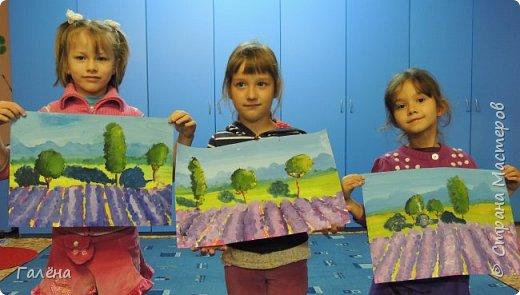 Недавно с ребятами вспоминали лето,рисовали несколько разных пейзажей.Этот,с лавандовыми полями,особенно понравился детям.Решила сделать по нему небольшой МК.Этот МК для тех,кто,не умея рисовать,хочет почувствовать себя художником! И так,для работы нам понадобится поверхность,на чём мы будем рисовать.Это может быть и бумага,и холст,и кусок оргалита,картона.Краски могут быть разными,в зависимости от того,что у Вас есть в наличии.С детьми мы рисовали гуашью,для МК я брала акриловые.Масло было бы идеально!Для смешивания красок нужна палитра.И,конечно,нам нужны кисти.У детей было три щетиновые кисти,№12, №4, №2. фото 17