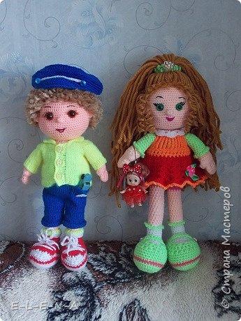 Очередная куколка связанная крючком. Зовут Антошкой. Рядом с ним Кристина. Она постарше немного. Вы с ней уже знакомы.