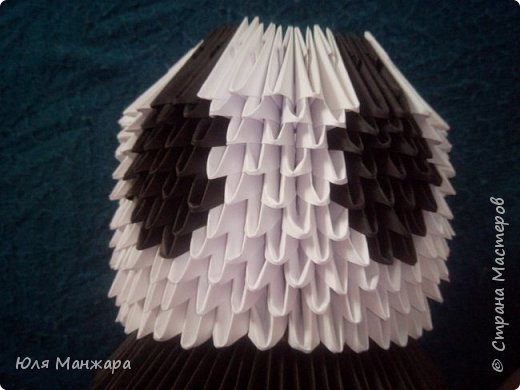 Для этой панды нам понадобится: Бумага: Белая - 137 листов, 1091 модулей А4/8 Черная - 56 листов, 239 модулей А4/8 и 416 модулей А4/16 Зеленая - 5 листов, 36 модулей А4/8 Салатовая 4 листа, 25 модулей А4/8 Клей, ушки, глазки, носик/ротик. фото 7