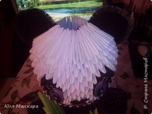 Для этой панды нам понадобится: Бумага: Белая - 137 листов, 1091 модулей А4/8 Черная - 56 листов, 239 модулей А4/8 и 416 модулей А4/16 Зеленая - 5 листов, 36 модулей А4/8 Салатовая 4 листа, 25 модулей А4/8 Клей, ушки, глазки, носик/ротик. фото 8