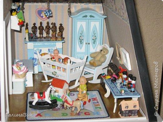 Рада в очередной раз приветствовать всех жителей Страны! Сегодня хочу пригласить в гости любителей миниатюрных кукольных домиков. Начала приобретать элементы Дома (Deagostini) 2 года назад. В глазах моих взрослых гостей всегда вижу неподдельные удивление, восхищение и умиление от увиденного. Итак, начнем экскурсию. фото 30