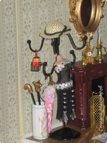 Рада в очередной раз приветствовать всех жителей Страны! Сегодня хочу пригласить в гости любителей миниатюрных кукольных домиков. Начала приобретать элементы Дома (Deagostini) 2 года назад. В глазах моих взрослых гостей всегда вижу неподдельные удивление, восхищение и умиление от увиденного. Итак, начнем экскурсию. фото 4