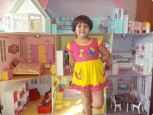Такой кукольный домик сделал наш папа (из фанеры 6 мм.). Это одно из первых фото. фото 9