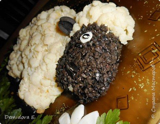 Дорогие хозяйки и хозяюшки, хочется поделится своим новогодним салатиком, надеюсь, Вам понравится моя идея в оформлении. С новогодним настроением, С новогодним угощением! С новогодним торжеством, Со счастливым Рождеством! Пусть в семье все будет ладом И удача будет рядом! Пусть здоровье будет добрым, Счастье – светлым, бесподобным!  фото 14