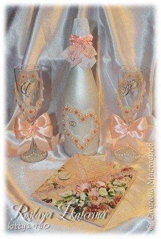 Здравствуйте, мастера и мастерицы, а также гости сайта! Сегодня я к вам с новым набором по старым мотивам. Цвет персиковый. Набор состоит из бутылки, именных свадебных бокалов  и открытки-конверта для денег. Набор был упакован в праздничную коробку. Фотографий, как обычно, много.